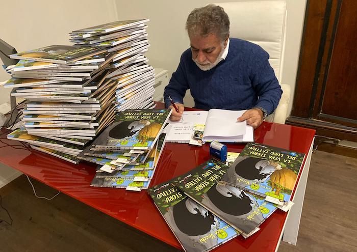 Il vice presidente Vito Monti di #IoCosi vidima le numerose copie della fiaba donata a una scuola elementare romana